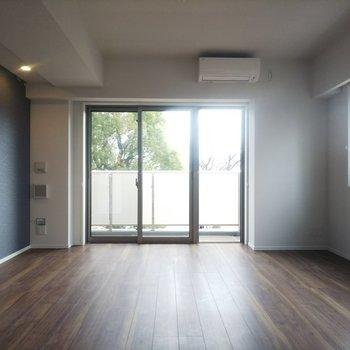 【LDK】寝っ転がりたくなるフローリング。※写真は3階の同間取り別部屋のものです