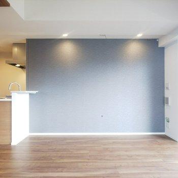 【LDK】グレーのクロスがお部屋のアクセントに。※写真は3階の同間取り別部屋のものです
