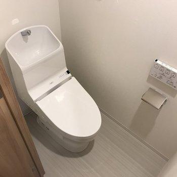 トイレの形もよく見ると個性的。※写真は2階の同間取り別部屋のものです