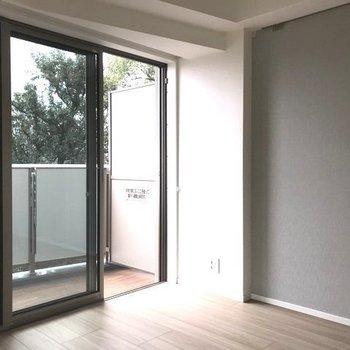 アクセントクロスのグレーがお部屋のアクセントに。※写真は2階の同間取り別部屋のものです