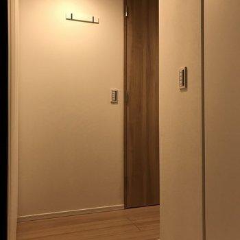 玄関正面。正面に見えるフックが気になります。※写真は2階の同間取り別部屋のものです