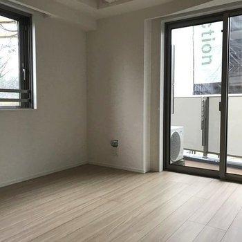 角部屋ならではの明るさと開放感。※写真と文章は2階の同間取り別部屋のものです