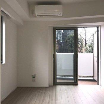 リビング正面。右隅の天井の梁が個性的。※写真と文章は2階の同間取り別部屋のものです