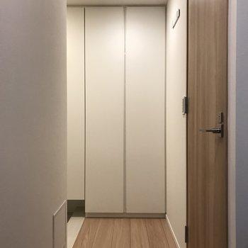 玄関までのアプローチ。※写真は2階の同間取り別部屋のものです
