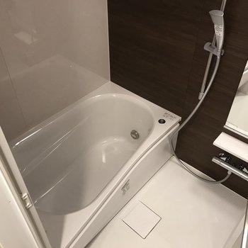大きなシャワーヘッドが気持ち良さそう。※写真は2階の同間取り別部屋のものです