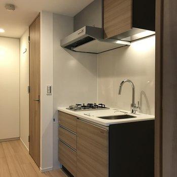 木目調のシステムキッチンがお部屋との相性◎※写真は2階の同間取り別部屋のものです
