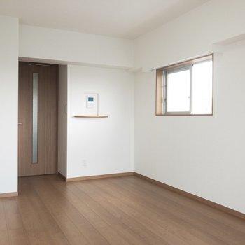 角部屋で開放的な空間に。※写真は8階の反転間取り別部屋のものです