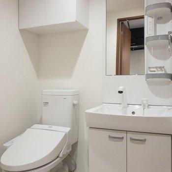 脱衣所にはウォシュレット付きトレと独立洗面台が。どちらも清潔感たっぷり。※写真は8階の反転間取り別部屋のものです