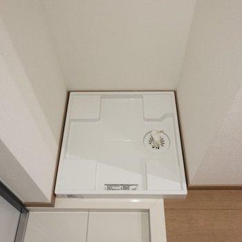 右手には洗濯パンが。※写真は8階の反転間取り別部屋のものです