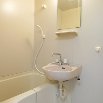 シャワーと洗面台が同居です