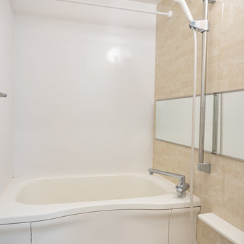 壁の化粧パネルがバスルームの雰囲気を一新!※写真は2階の反転間取り別部屋のものです