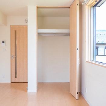 お部屋の収納スペースはこのクローゼットのみ。※写真は2階の反転間取り別部屋のものです