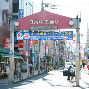 駅前にはお店の多い商店街も
