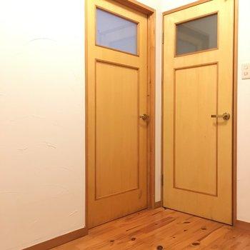 右はトイレのドア〜玄関入ってトイレは私は嬉しい・・・