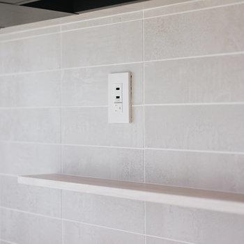 キッチンの壁は風合いの良いグレーのタイル。タブレットなどを置ける棚、USB給電もついています。気が利いてる。