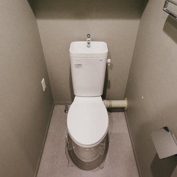 トイレはグレーの落ち着いた空間になっていました。