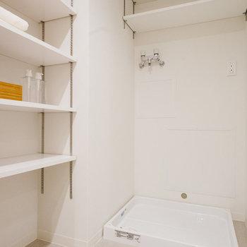 壁の位置を変更して、脱衣所側にも収納を新設。便利になりました。