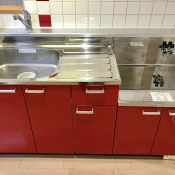 赤いキッチンがかわいい!