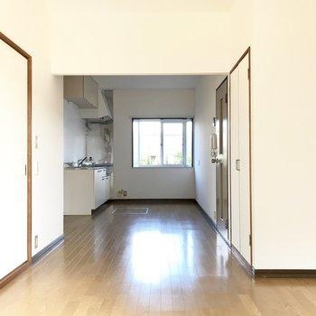 手前にはコンパクトなダイニングテーブルを置きましょ。※写真は1階の同間取り別部屋のものです。