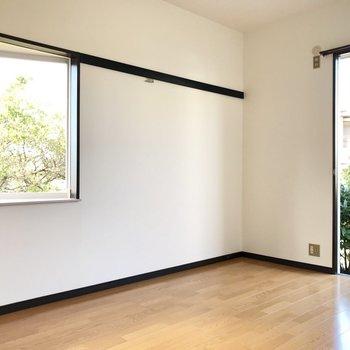 こっちのさんかくの小窓も可愛い♡※写真は1階の同間取り別部屋のものです。