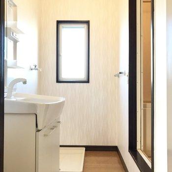 脱衣所には窓がついてます♬大きめの洗濯機置けそう。※写真は1階の同間取り別部屋のものです。