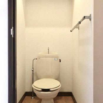 トイレは上部収納があるのが嬉しい!※写真は1階の同間取り別部屋のものです。
