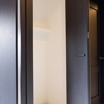 洗濯機置場は廊下に。扉で隠せます。
