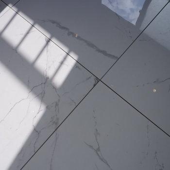 大理石風のタイル使用しています。