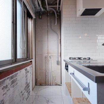 キッチンスペースにも窓があり開放的。