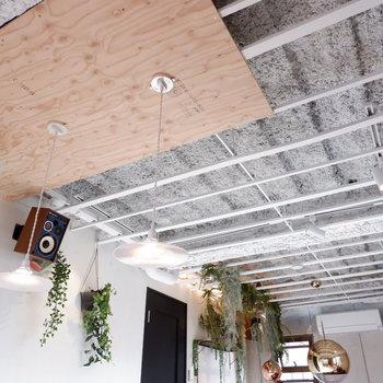 天井には写真のように植物を下げたりイラストを下げたり◎