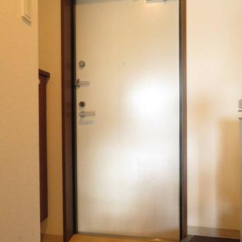 玄関は普通かな※写真は8階の同間取り別部屋のものです