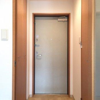 玄関。靴箱が大きい。※写真は14階の同間取り別部屋のものです