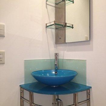 洗面台はターコイズブルー!※写真は14階の同間取り別部屋のものです