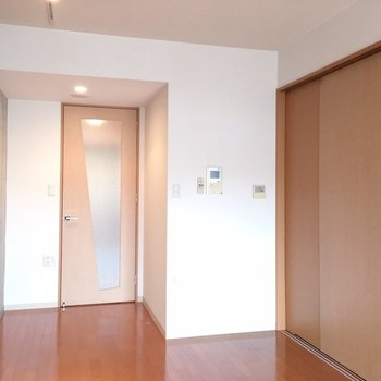 この扉の向こうはキッチンと、、※写真は14階の同間取り別部屋のものです