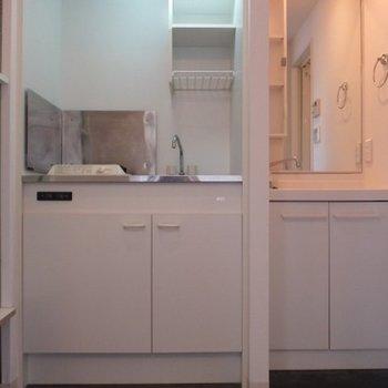 キッチンと洗面台、脱衣所が同じスペース。※写真は4階同間取り別部屋のものです