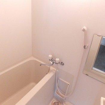 お風呂はふつうですが、浴室乾燥機付いています!※写真は4階同間取り別部屋のものです