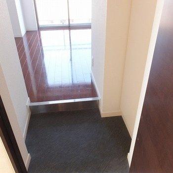玄関を入ると。右にシューズクローゼット完備!※写真は4階同間取り別部屋のものです