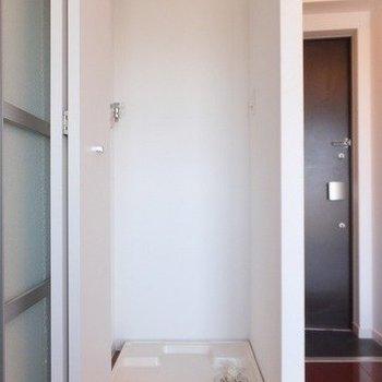洗濯機置き場は扉付きで室内に。※写真は4階同間取り別部屋のものです