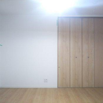 【洋室】クローゼット横のスペースにも棚等置けそうです。※写真はクリーニング前のものです
