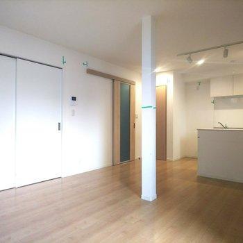 【LDK】玄関側に出る扉も意匠が凝らされています◎※写真はクリーニング前のものです