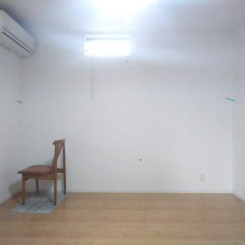 【洋室】こちら側がベッドスペースでしょうか。※写真はクリーニング前のものです