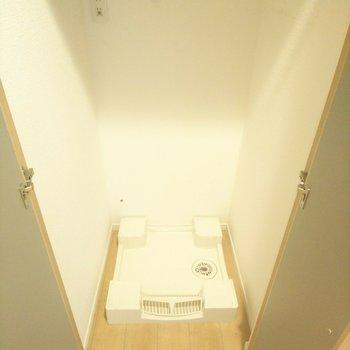 洗濯機置き場がドア付き!※写真はクリーニング前のものです