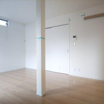【LDK】真っ白い壁が気持ちよし!※写真はクリーニング前のものです