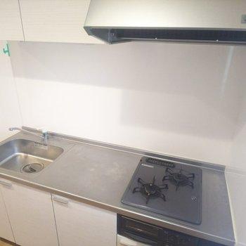 【LDK】調理スペースも十分なキッチン!※写真はクリーニング前のものです