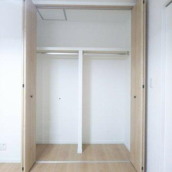 【洋室】2部に分かれたクローゼットが使いやすい!※写真はクリーニング前のものです