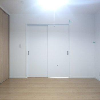 【洋室】引き戸が開放的な雰囲気をかもし出します!※写真はクリーニング前のものです