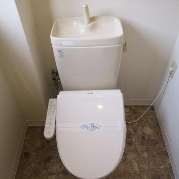 トイレはウォシュレットと小窓付き!
