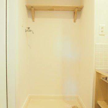 【脱衣所】洗濯機の上には木製の棚も!