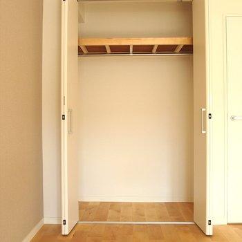【洋室】収納の中まで無垢床なんて贅沢!
