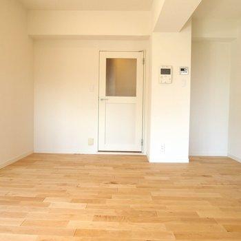 【リビング】窓付きのドアがなんだかかわいい!